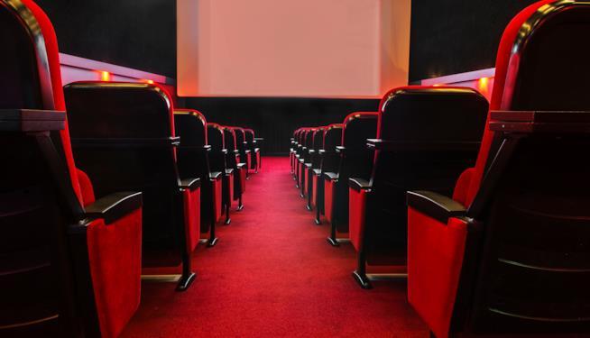 Sala del cinema con poltrone rosse