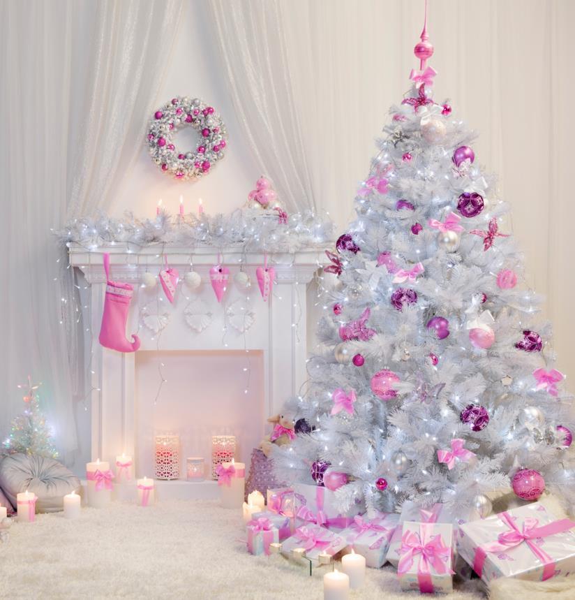 Un'albero di Natale bianco decorato con addobbi rosa