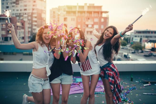 Ragazze posano allegre per una foto festeggiando