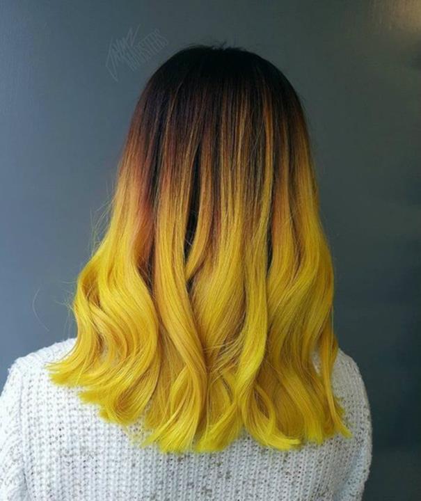 Un hairstyle di colore Burrobirra con onde e sfumature arancio