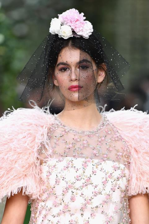 Kaia Gerber in primo piano alla sfilata Chanel Haute Couture