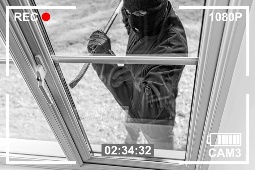 Un ladro si introduce in un'abitazione