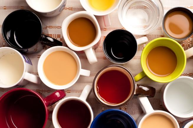 Tazze di tè e caffè su un tavolo
