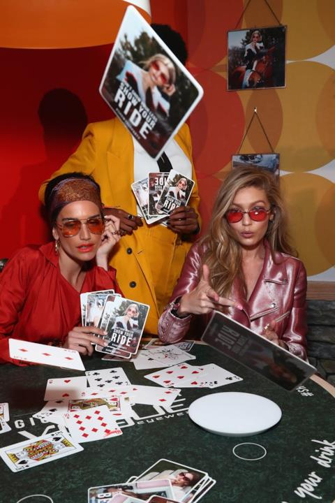 Gigi Hadid e le carte al party Vogue Eyewear