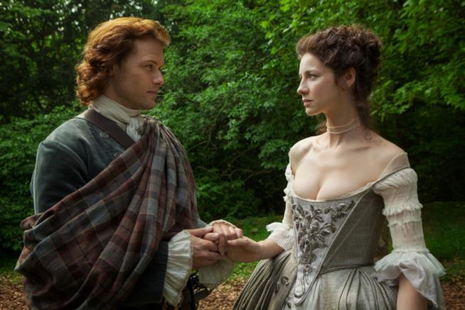 Claire e Jamie in una scena di Outlander