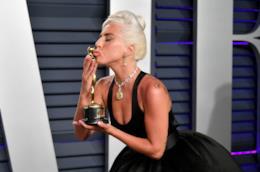 Lady Gaga bacia il suo Oscar