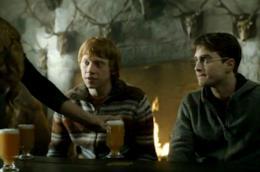 Ron e Harry con la burrobirra sul tavolo