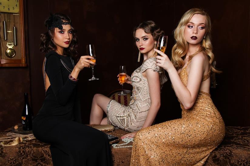 tre donne con abiti da cocktail