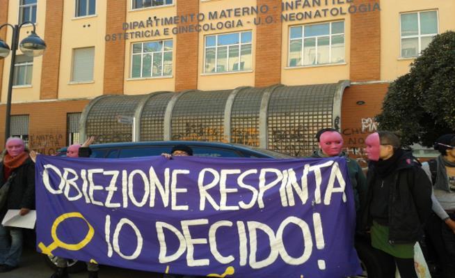 Manifestanti a Roma contro i troppi obiettori di coscienza
