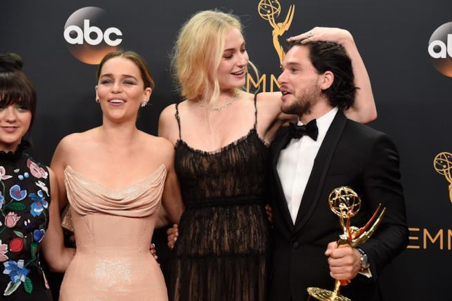 Johb Snow e le compagne di set durante uno scatto degli Emmy 2017