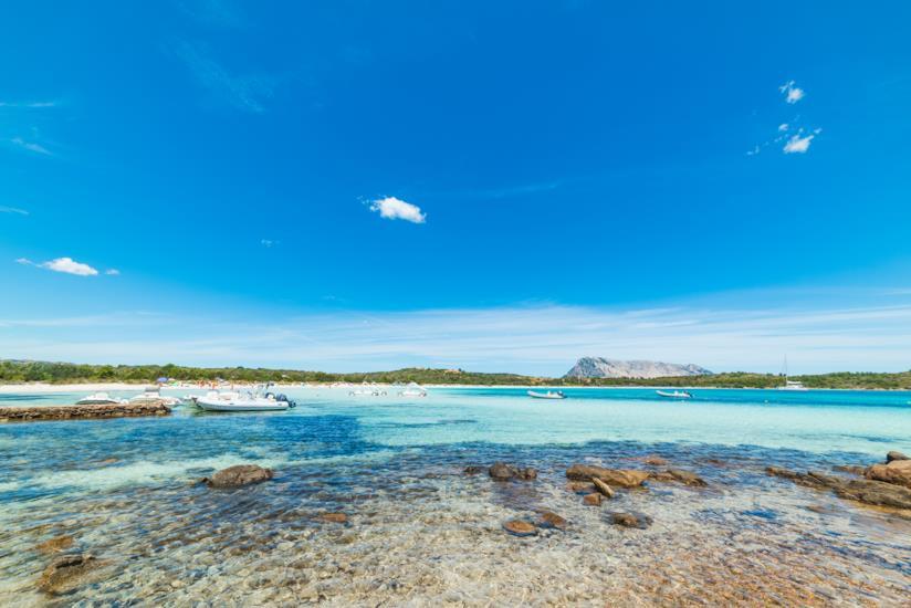 I Fondali bassi e l'acqua limpida di Cala Brandinchi in Sardegna