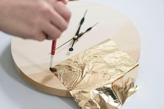 Applicazione della foglia d'oro sull'orologio