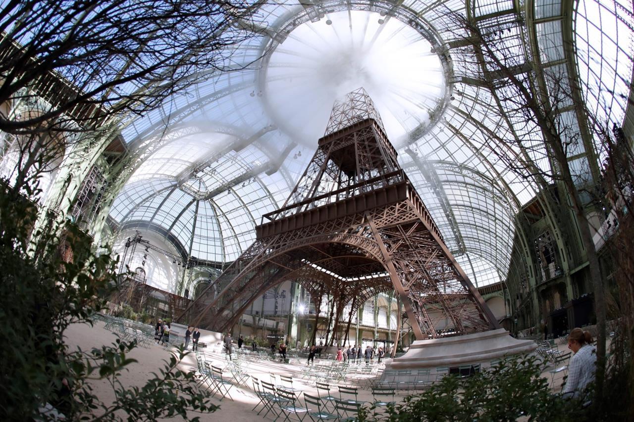 La Tour Eiffel al Grand Palais per la sfilata di Chanel