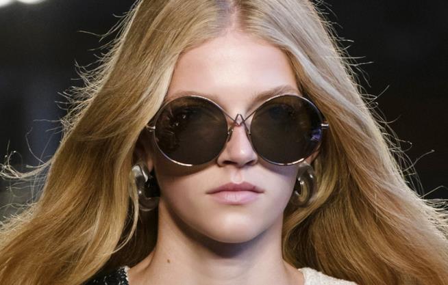 Ragazza con capelli lunghi e occhiali da sole