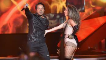 Luis Fonsi durante un'esibizione live