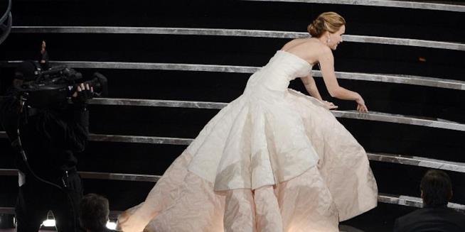 Jennifer Lawrence cade sulle scale degli Oscar mentre riceve la statuetta