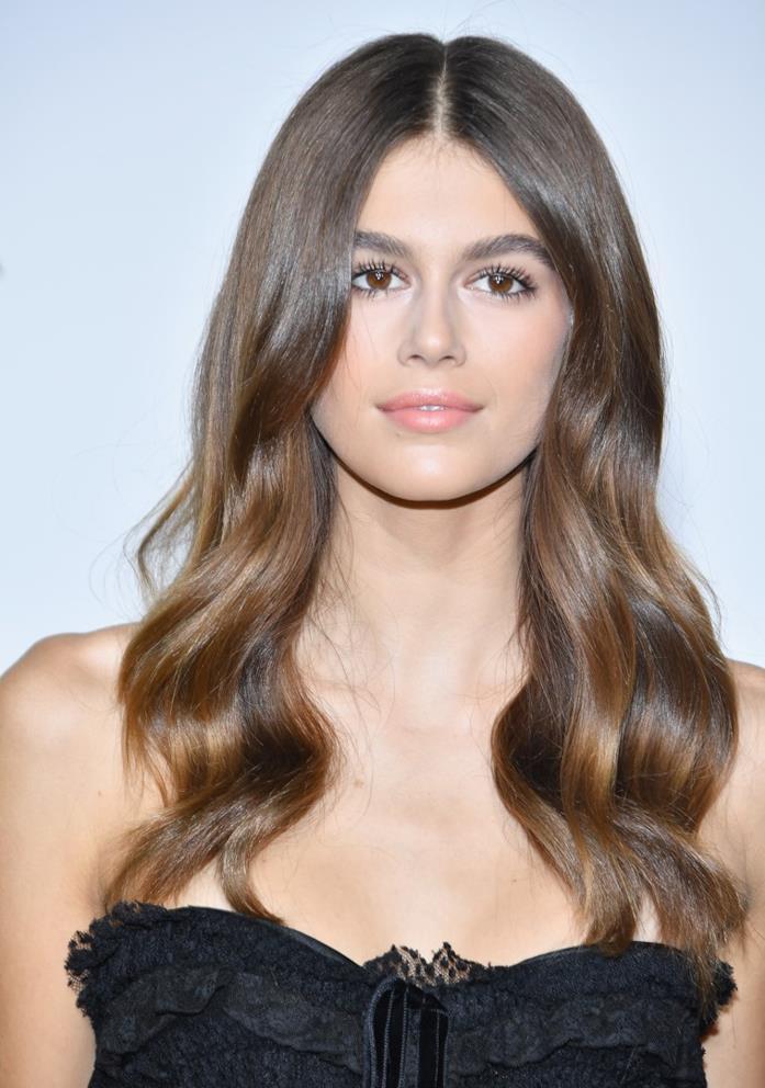 Kaia Gerber con capelli lunghi e mossi
