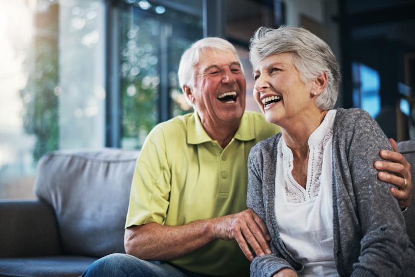 Due anziani che ridono.