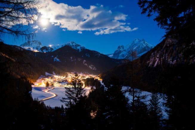 Vista notturna del Canazei resort in Val Gardena