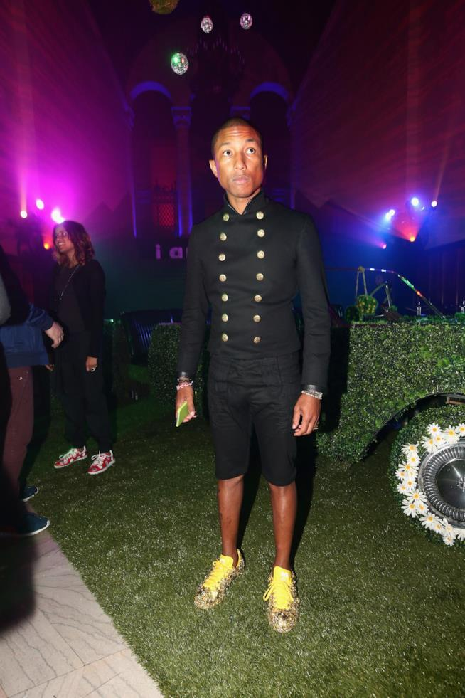 pharrell williams con le adidas superstar personalizzate total gold
