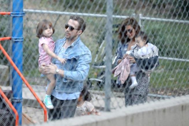 Ryan Gosling ed Eva Mendes con le due figlie