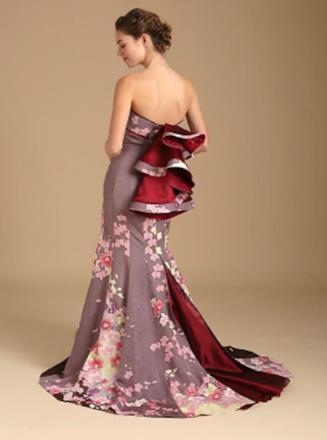 Una modella indossa un kimono trasformato in abito nuziale color lilla