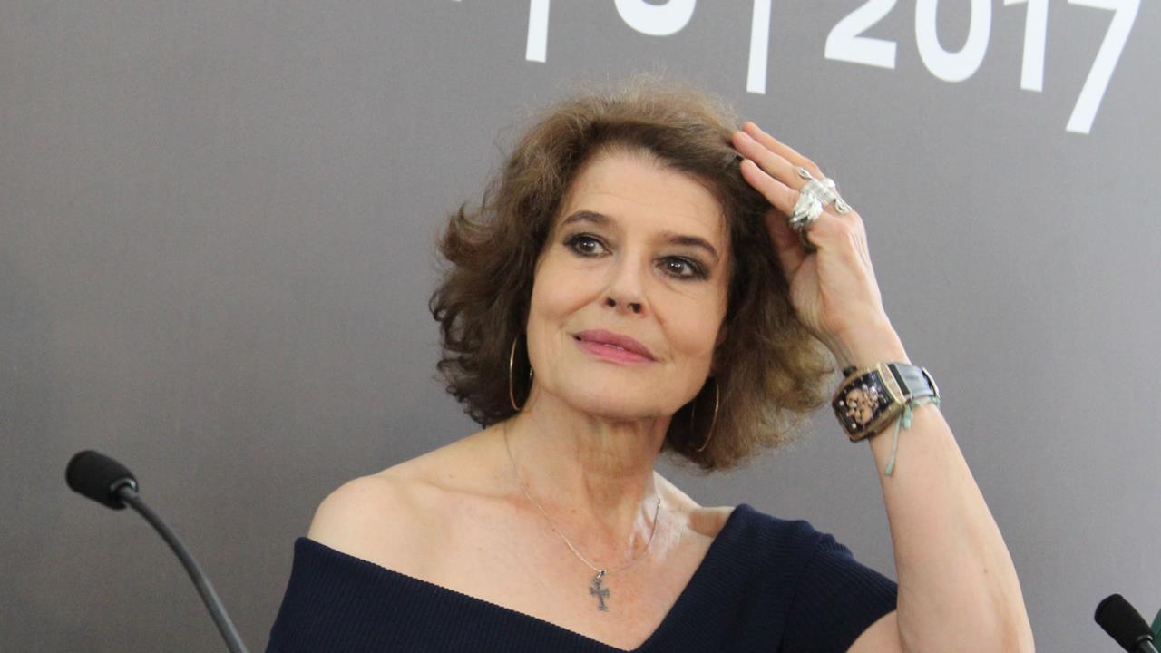 Fanny Ardant si sistema durante la conferenza stampa di Locarno 70