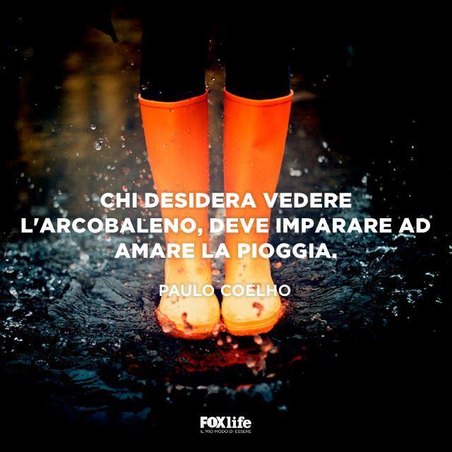 Dettaglio gambe di ragazza con stivali da pioggia