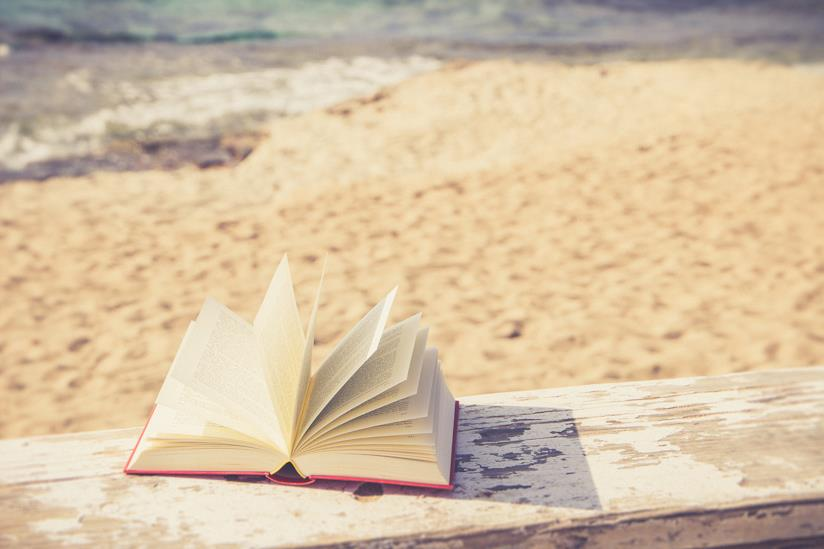 Libro aperto in spiaggia