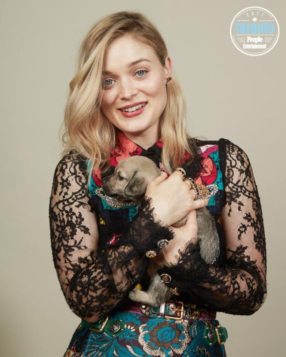 Bella Heathcoate tiene in braccio un cucciolo