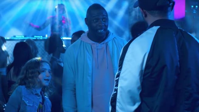 Idris Elba in una scena di Turn Up Charlie