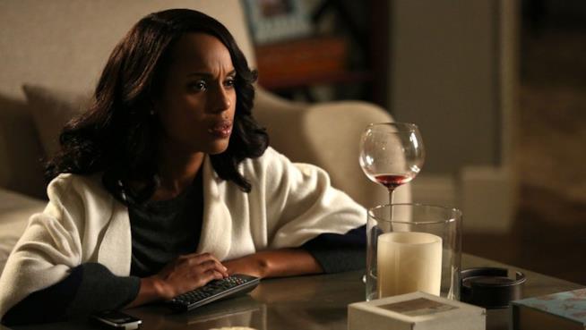 Una scena di Olivia Pope con il calice di vino rosso in Scandal