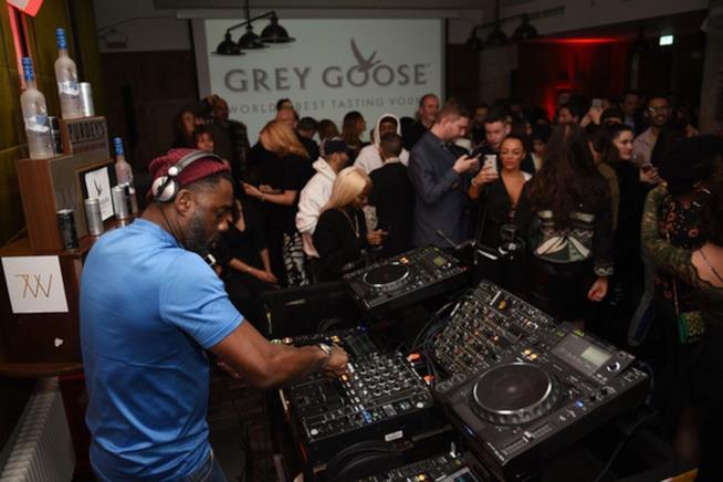 Idris Elba dj alla festa di Yardie a Berlino
