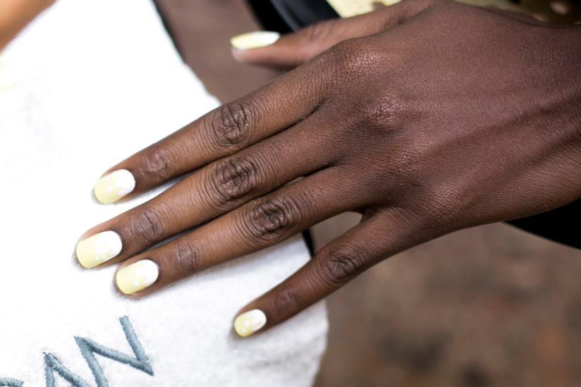 Ragazza con unghie lunghe e smalto