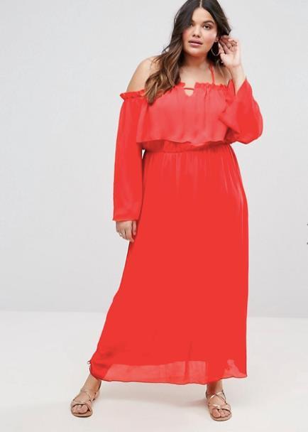 Modella curvy indossa abito lungo color aragosta