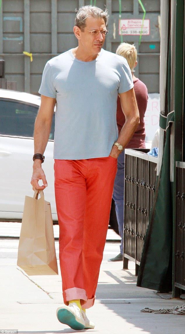 Jeff Goldblum cammina indossando pantaloni col risvolto