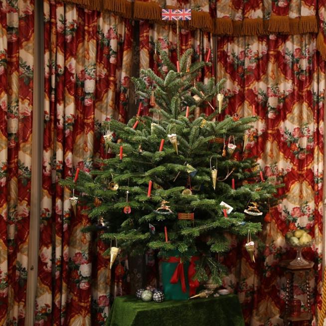 Un albero di natale con decorazioni vintage al Geffrye Museum