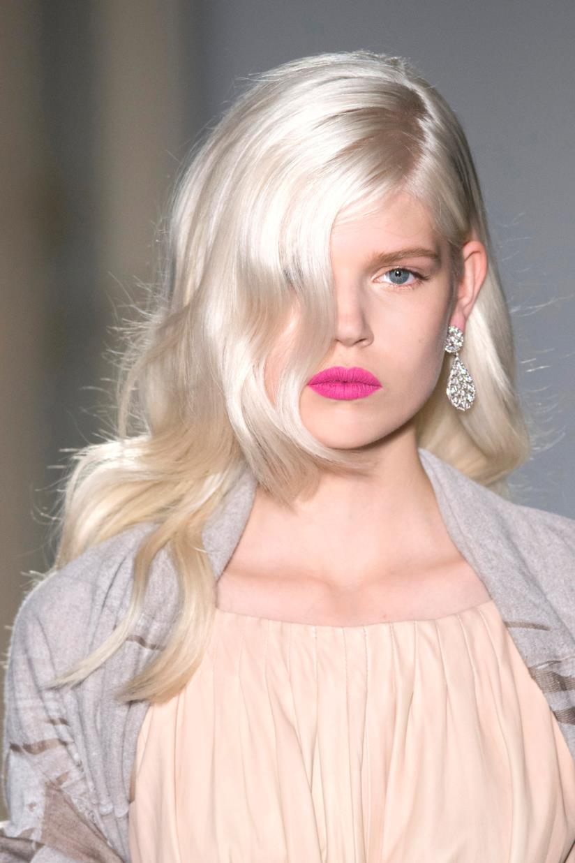 Ragazza con capelli biondo platino