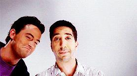 I protagonisti di Friends seduti al loro divano del Central Perk