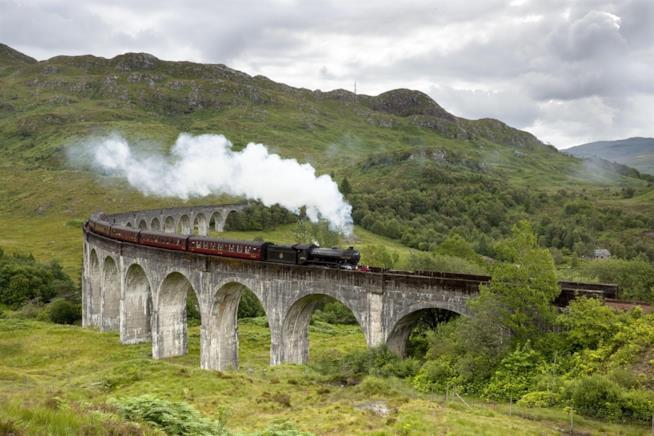 il treno a vapore Jacobite attraversa il viadotto Glenfinnan