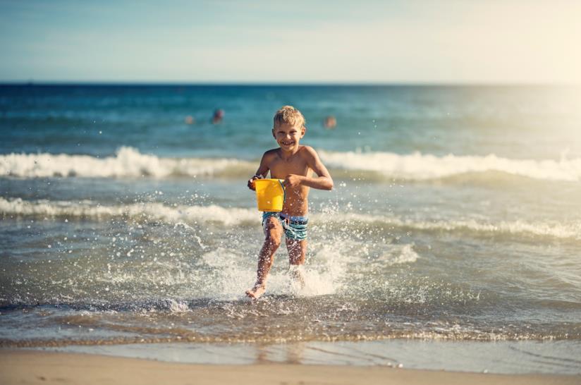 Giochi da spiaggia per bambini: la corsa dei bicchieri