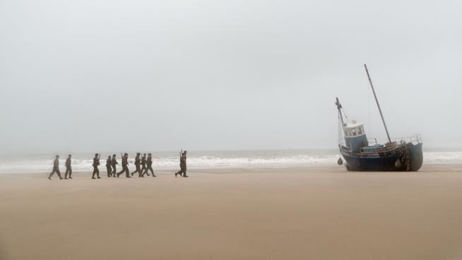 Una scena del film Dunkirk che narra l'evacuazione della città di Dunkerque