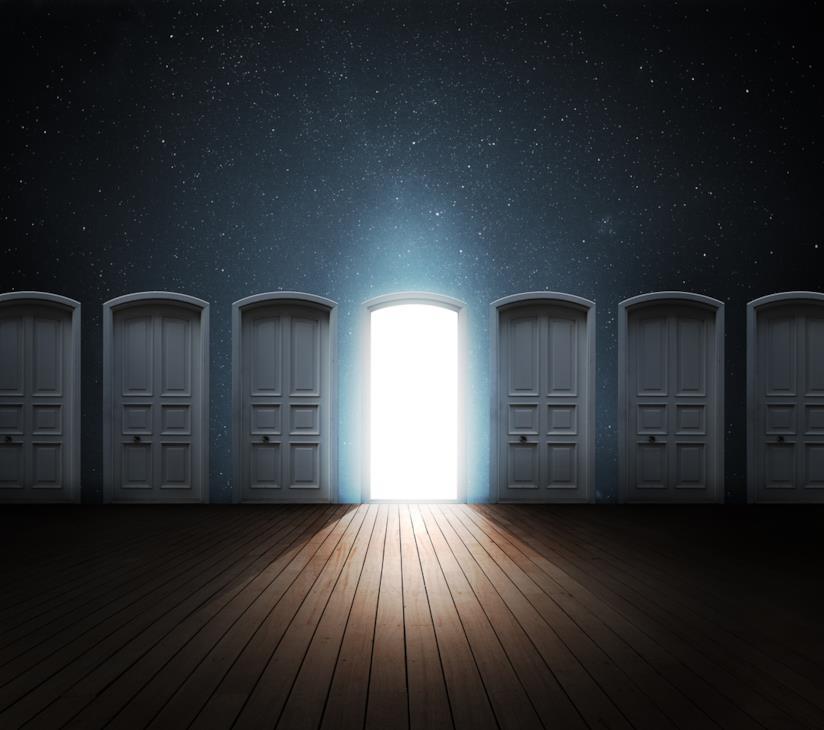 Corridoio con una serie di porte chiuse tranne una