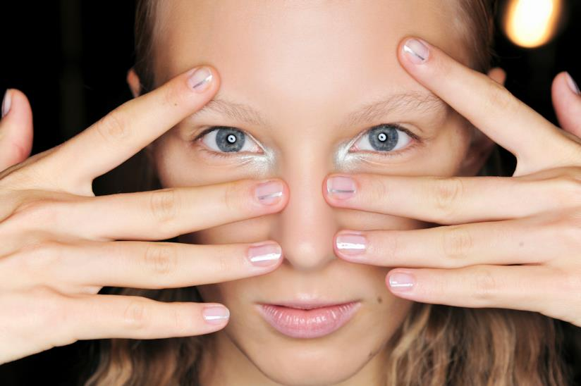 Nail art sofisticata con le unghie silver