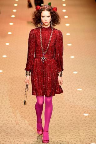 Paillettes a profusione rosse sugli abiti di Dolce & Gabbana