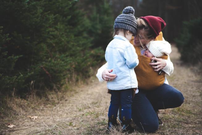 Una madre abbraccia i suoi figli