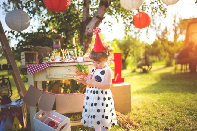Una bambina festeggia il compleanno