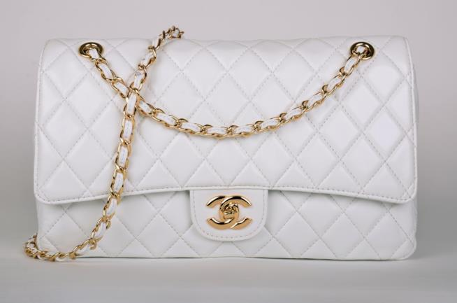 vista frontale della borsa Chanel bianca 2.55
