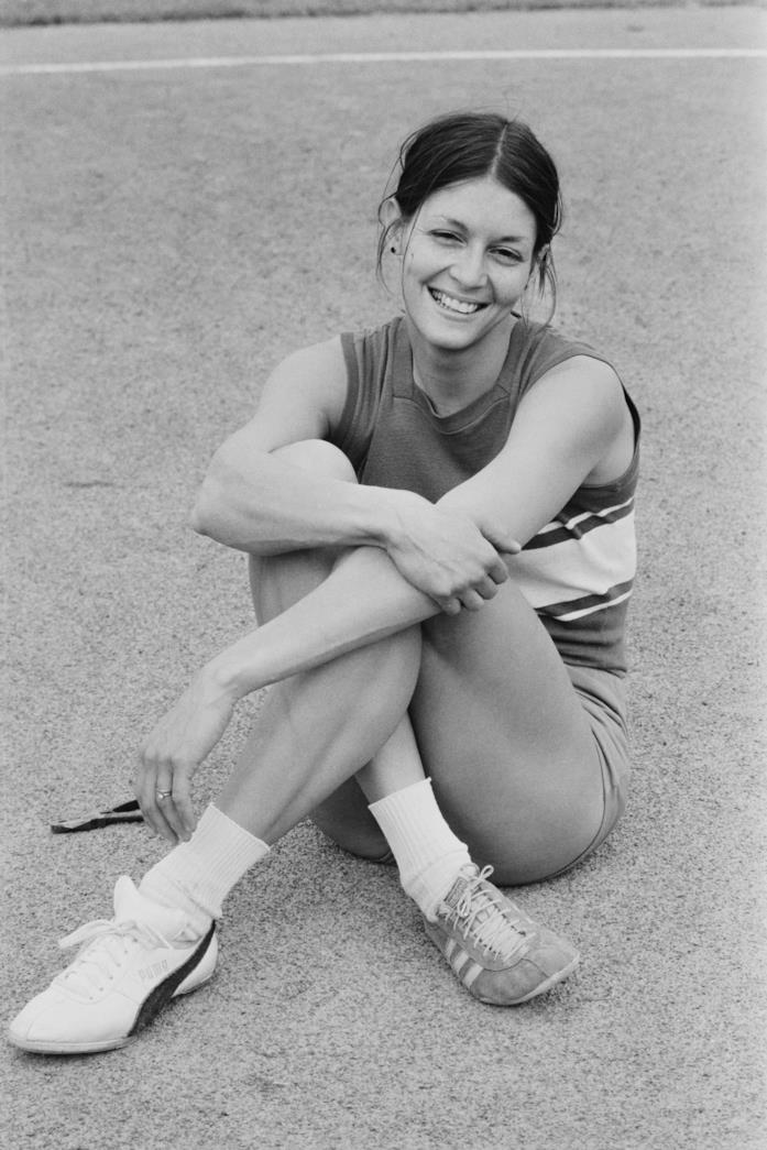 Judy Vernon indossa sneakers diverse