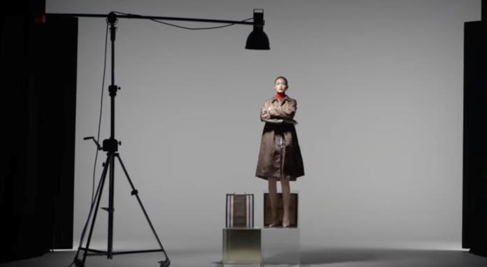 Gigi Hadid in un frame della videocampagna per Burberry